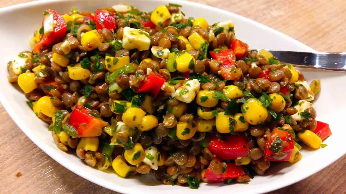 Linsensalat mit Mais, Paprika und Feta für Sportler
