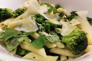 Pasta mit Brokkoli, Blattspinat, Erbsen und Parmesan